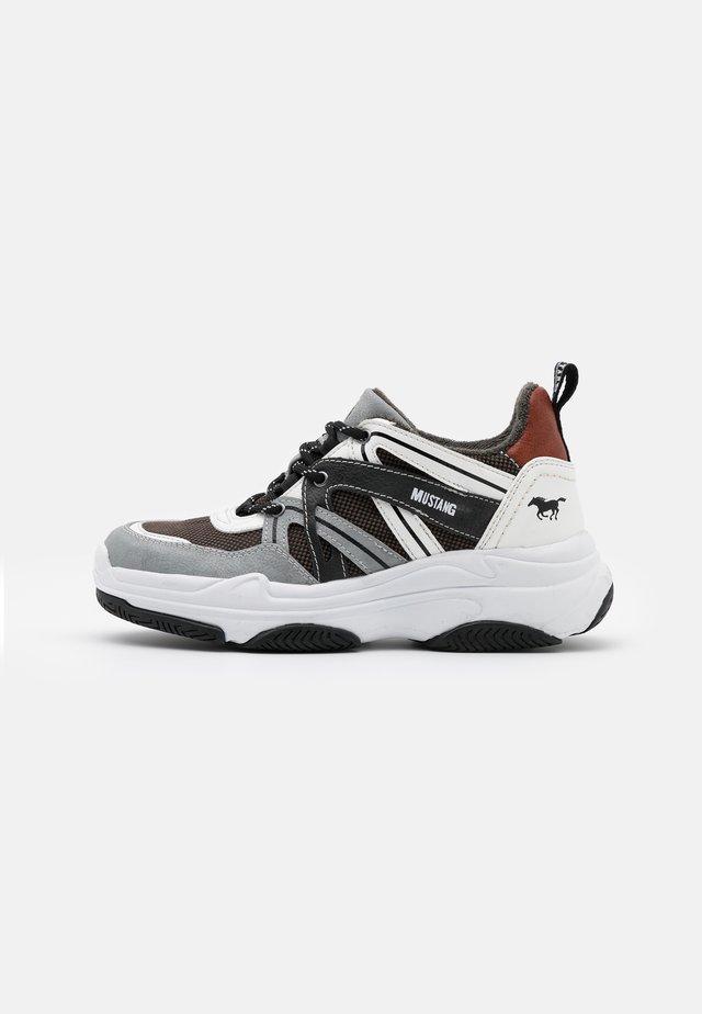 Baskets basses - hellgrau/weiß