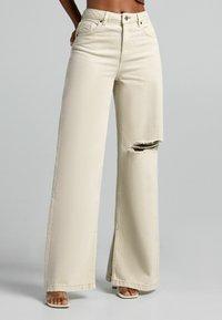 Bershka - Jeans a zampa - sand - 0