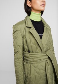 House of Holland - LONGLINE QUILTED TAILORED - Cappotto classico - khaki - 3