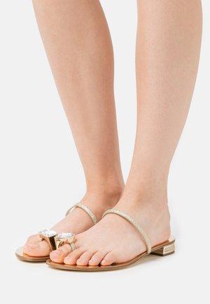 SORAYA - Sandály s odděleným palcem - oro