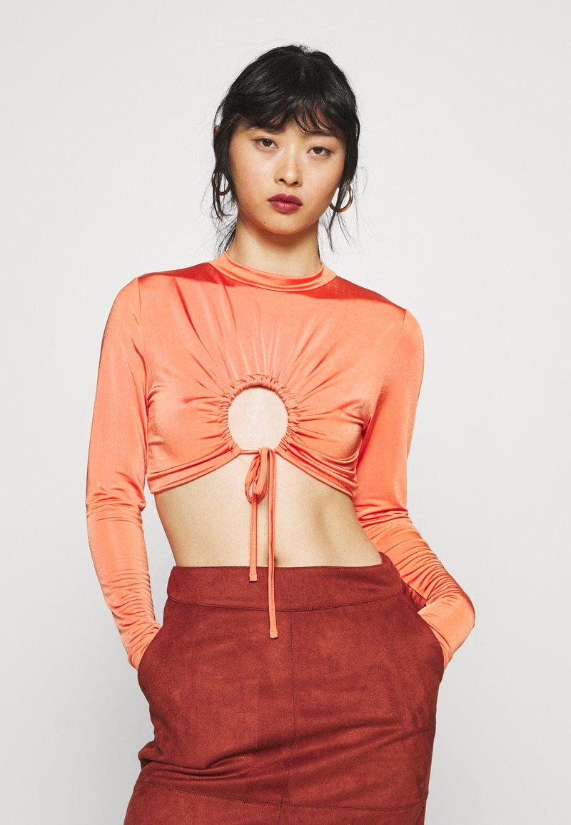 Missguided Petite - RUCHED CUT OUT SLINKY CROP TOP - Camiseta de manga larga - red
