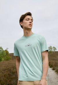 Calvin Klein - SUMMER CENTER LOGO - T-shirt con stampa - crushed mint - 1