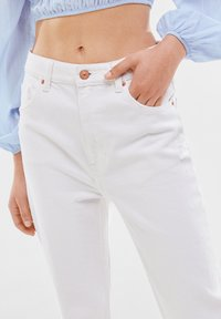 Bershka - MOM FIT JEANS - Jeans baggy - white - 3