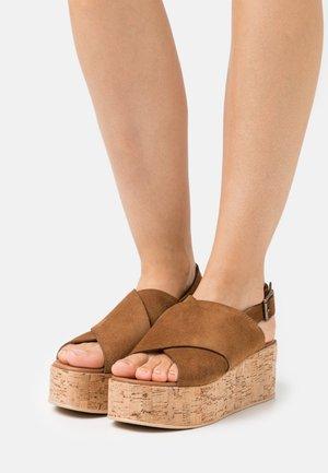 SEA PLAIN - Sandály na platformě - cognac