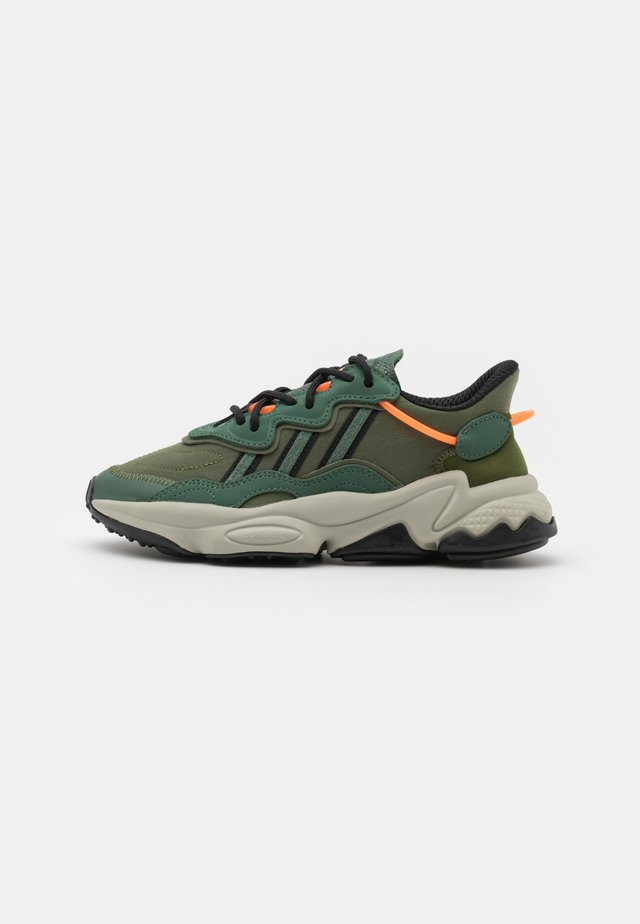 OZWEEGO UNISEX - Sneakers laag - green oxid/core black