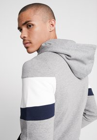 Jack & Jones - JORNEWSHAKEDOWN BLOCK ZIP  - Mikina na zip - light grey melange - 3