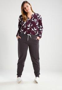 Zalando Essentials Curvy - Pantalones deportivos - dark grey melange - 1