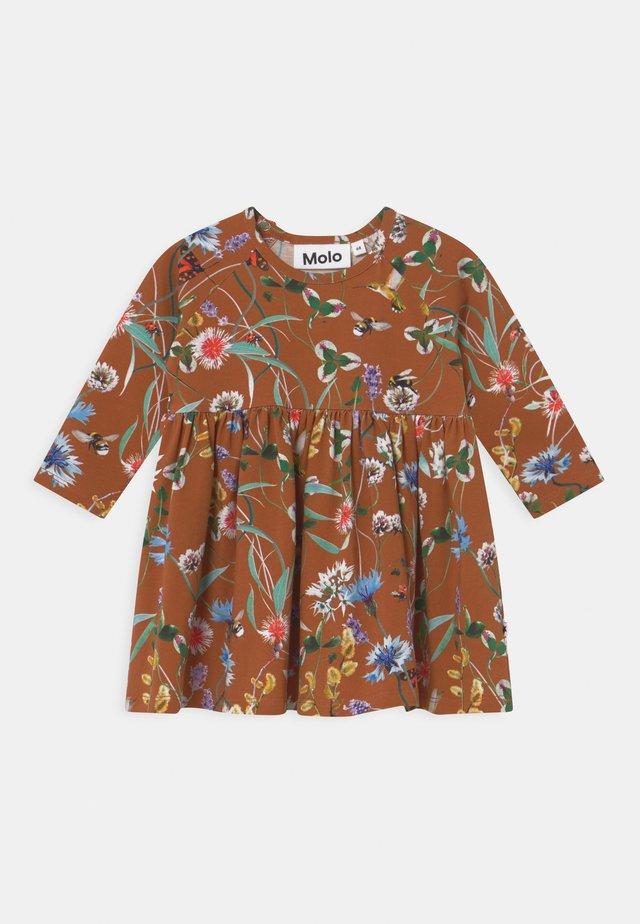 CHARMAINE - Žerzejové šaty - brown