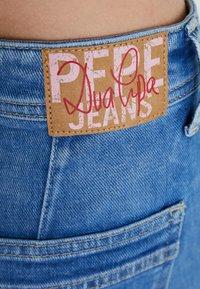 Pepe Jeans - DUA LIPA X PEPE JEANS  - Jeansy Dzwony - denim - 3