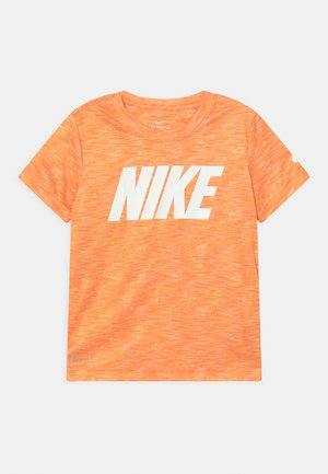 FAUX SPACE - T-shirts med print - atomic orange