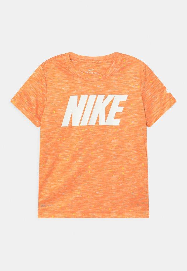 FAUX SPACE - Print T-shirt - atomic orange