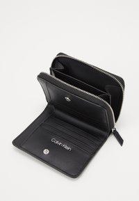 Calvin Klein - MUST ZIP FLAP - Peněženka - black - 4