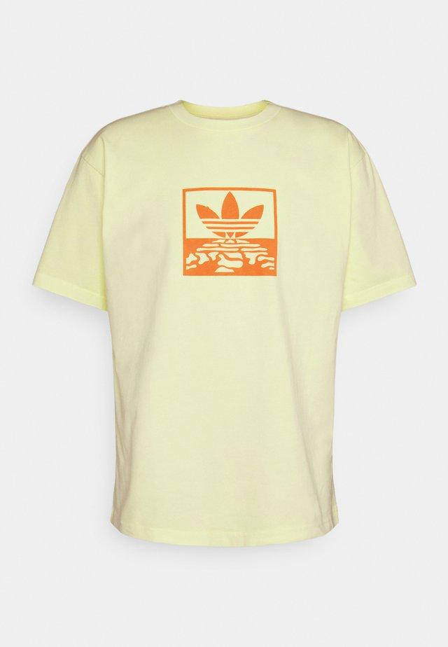 OVERDYE TEE UNISEX - Print T-shirt - ice yellow