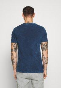 Nike Sportswear - RETRO TEE - Print T-shirt - midnight navy/bright crimson - 2