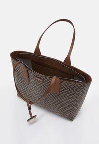 Emporio Armani - FRIDASHOPPING BAG - Handbag - moro/ecru/tabacco - 3