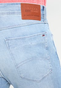 Tommy Jeans - SLIM TAPERED STEVE BELB - Jeans slim fit - berry light blue - 4