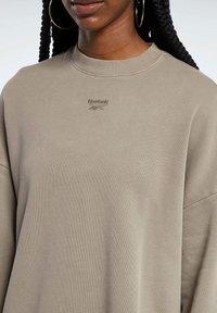 Reebok Classic - REEBOK CLASSICS NATURAL DYE OVERSIZE CREW DRESS - Sweatshirt - grey - 3