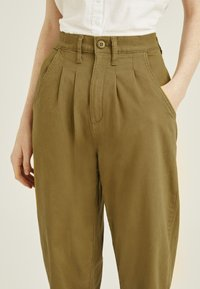 Levi's® - PLEATED BALLOON - Relaxed fit jeans - dull gold - 5
