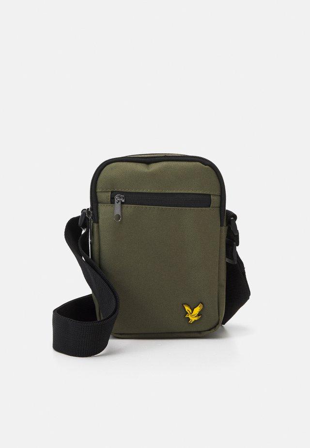REPORTER BAG - Taška spříčným popruhem - trek green