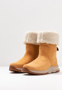 Timberland - MABEL TOWN WP PULL ON - Śniegowce - wheat - 4