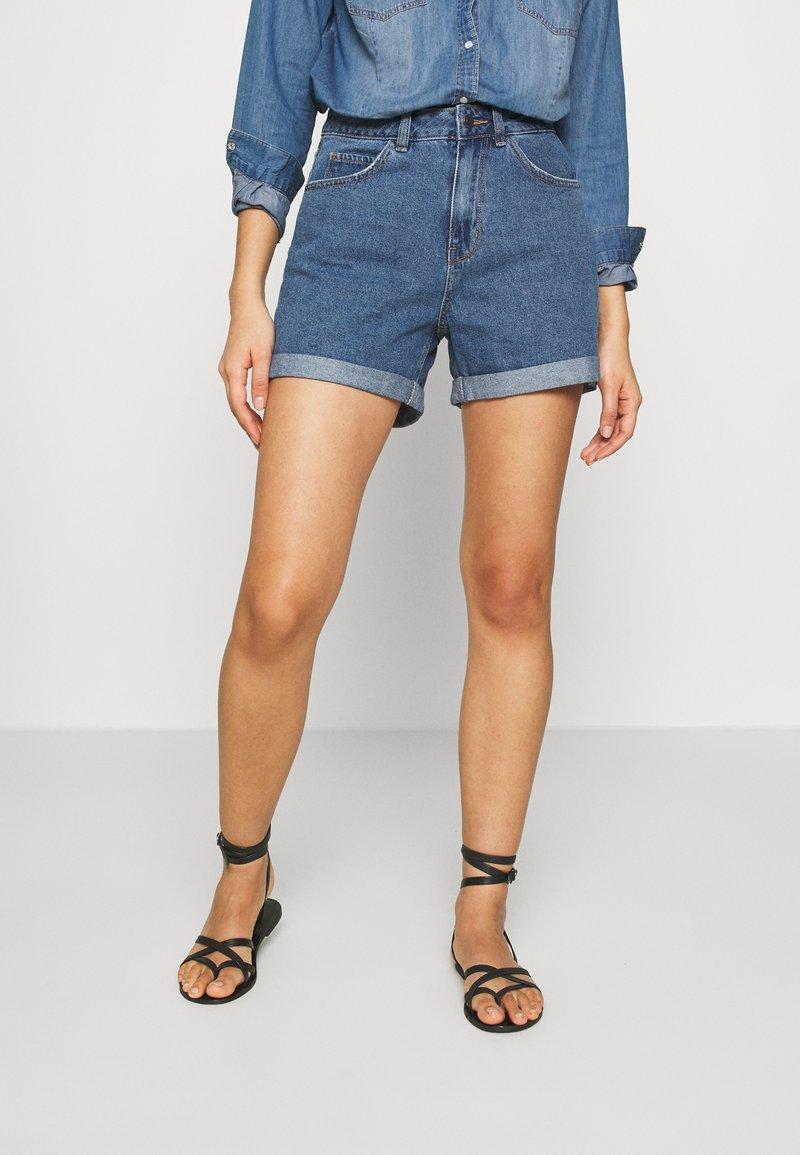 Vero Moda - VMNINETEEN LOOSE MIX NOOS - Short en jean - medium blue denim