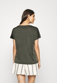 s.Oliver BLACK LABEL - T-shirt con stampa - dark khaki green - 2
