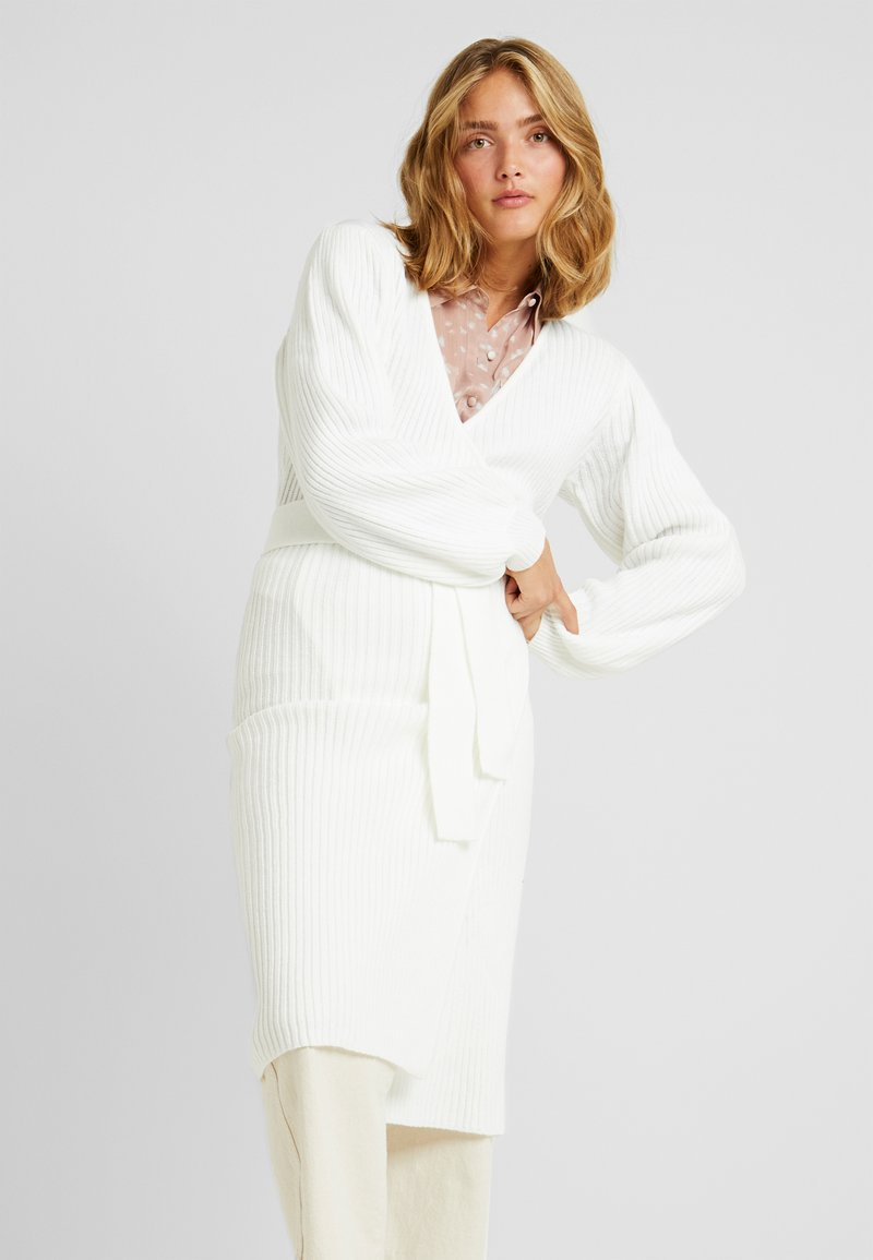 Lost Ink - WRAP DRESS WITH FULL SLEEVE - Pletené šaty - off white