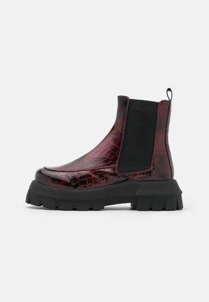VEGAN VIOLET ROUND TOE BOOT - Kotníkové boty na platformě - burgundy