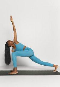 Nike Performance - THE YOGA 7/8  - Medias - cerulean/light armory blue - 1
