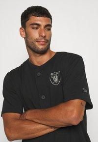 New Era - NFL LAS VEGAS RAIDERS GEOMETRIC CAMO BASEBALL JERSEY - Klubové oblečení - black - 3