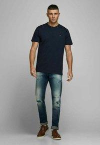 Royal Denim Division by Jack & Jones - JJ-RDD CREW NECK - T-shirt basic - navy blazer 2 - 1