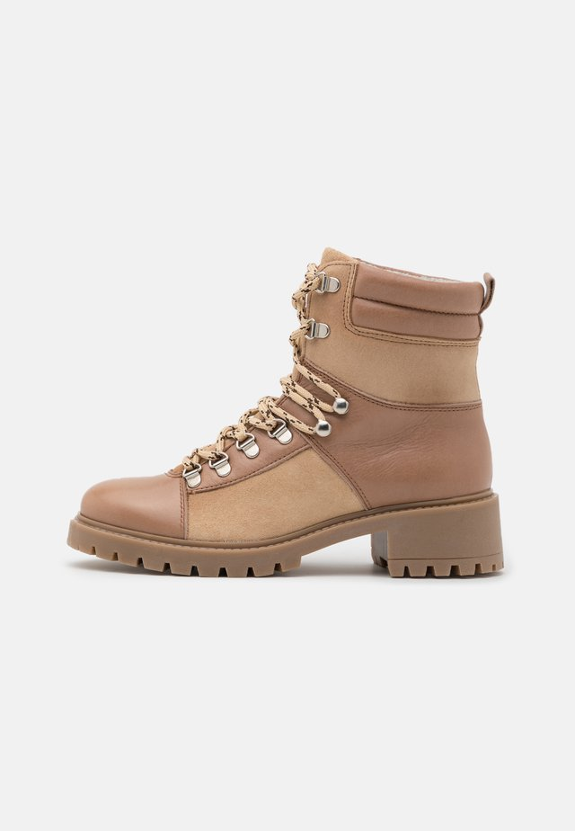 YASSHELTER HIKE BOOTS - Veterboots - creme