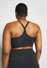 Nike Performance - INDY PLUS SIZE BRA - Sport BH - black/white - 2