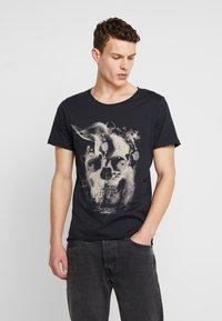 Jack & Jones - JORDARK CITY TEE CREW NECK REGULAR - Print T-shirt - tap shoe - 0