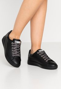 Guess - Trainers - black - 0
