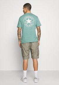 Nike SB - CARGO UNISEX - Shorts - light army - 2