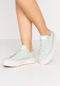 Converse - CHUCK TAYLOR ALL STAR - Sneakersy niskie - green oxide/white/natural - 0