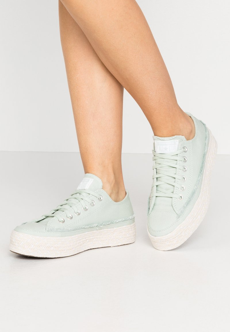 Converse - CHUCK TAYLOR ALL STAR - Sneakersy niskie - green oxide/white/natural
