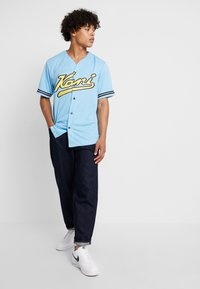 Karl Kani - COLLEGE BASEBALL  - Shirt - light blue/yellow/navy - 1