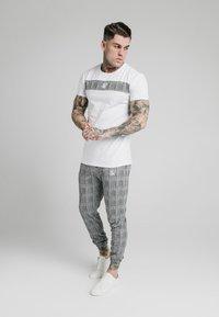 SIKSILK - PANEL SMART TEE - T-shirt con stampa - white - 1