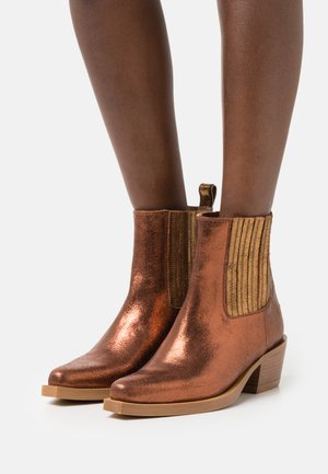 CIARA - Cowboy/biker ankle boot - cognac metallic