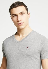 Hollister Co. - 5 PACK  - T-shirt con stampa - white/grey/red/navy texture/black - 3