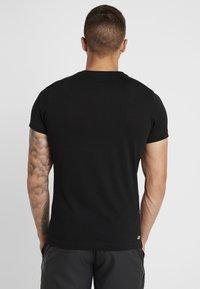 Lacoste Sport - BIG LOGO - T-shirt z nadrukiem - black/fluo zest - 2