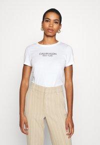 Calvin Klein - 2 PACK - T-shirt con stampa - calvin white - 2