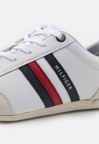 Tommy Hilfiger - CORPORATE MATERIAL MIX CUPSOLE - Sneakers basse - white - 5