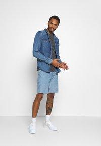 Tommy Jeans - TJM WASHED LOGO TEE - Basic T-shirt - black - 1