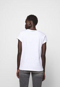 KARL LAGERFELD - IKONIK POCKET - T-shirt z nadrukiem - white - 2