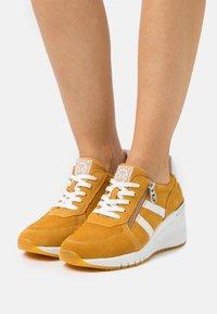 Marco Tozzi - BY GUIDO MARIA KRETSCHMER - Sneakers laag - saffron - 0