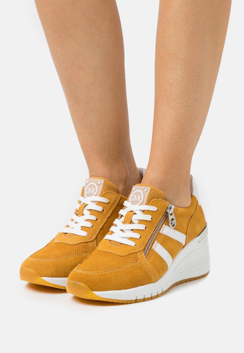 Marco Tozzi - BY GUIDO MARIA KRETSCHMER - Sneakers laag - saffron