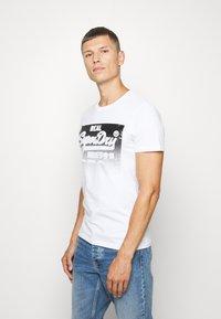 Superdry - HALFTONE EMBOSS TEE - Print T-shirt - optic - 0